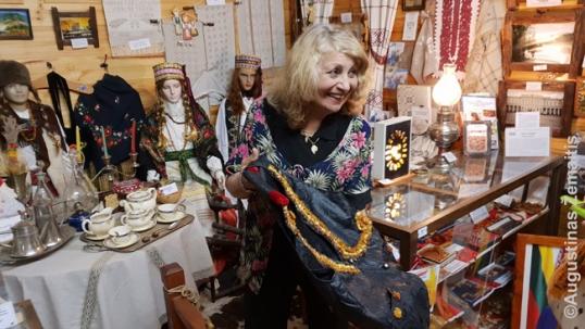 Olga demonstruoja lietuviškus eksponatus