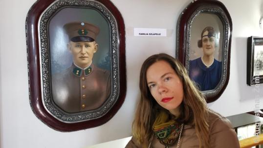 Aistė Žemaitienė prie Šlapelių nuotraukų Sarmiento muziejuje