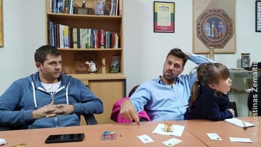 Klubo Nemunas lyderiai (dešinėje - Kalvelis) pasakoja apie klubo veiklą