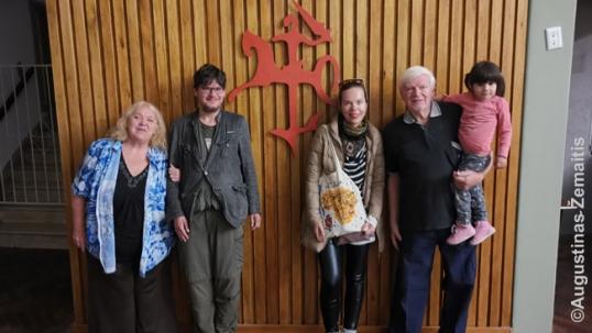 Su pirmąkart sutiktais tolimais giminaičiais Lietuvių centre