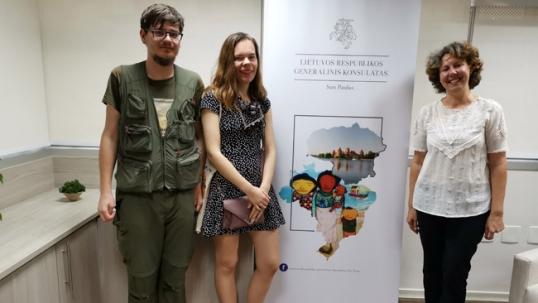 Augustinas Žemaitis ir Aistė Žemaitienė Lietuvos konsulate su konsule Laura Tupe