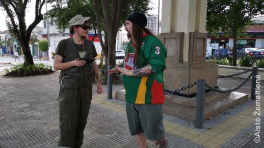 Su klientu ir Lietuvos ledo ritulio rinktinės mylėtoju Vila Zelinoje (dešinėje). Jo pavardė - Kerbielaitė: brazilai sūnui, būdavo, tiesiog priskirdavo motinos pavardę ir nesuprasdavo lietuviškų giminių.