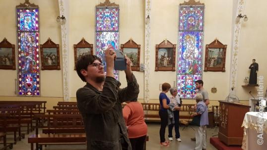 Augustinas Žemaitis fotografuoja Montevidėjo lietuvių bažnyčios interjerą