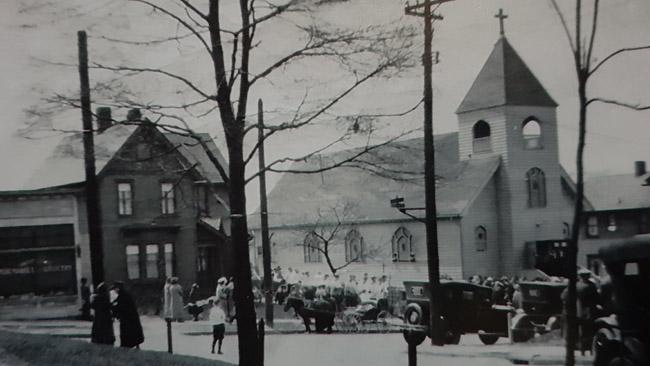 Bažnyčia savo aukso amžiuje apsupta lietuvių namų