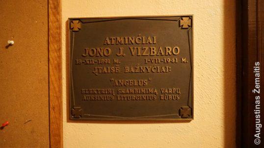 Atminimo lenta - vienas daugybės lietuviškų užrašų bažnyčioje