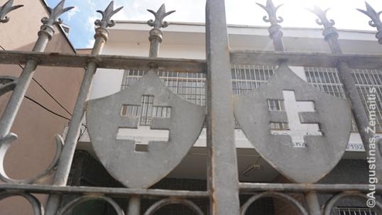 Vyčio kryžiai prie Lietuvių Jėzuitų namų (namai - anapus metalinės tvoros)