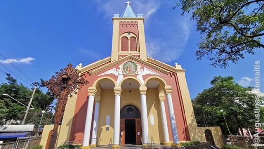Šv. Juozapo lietuvių bažnyčia ir kryžius