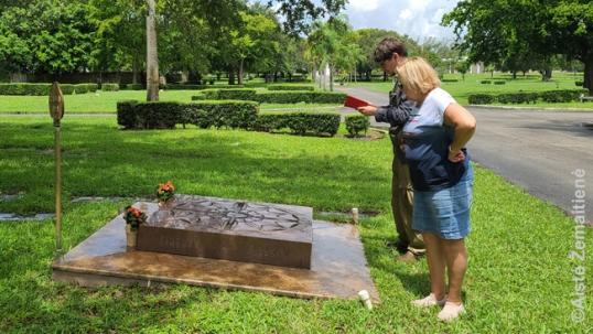Augustinas žymi Floridos lietuvių paminklo koordinates su Jūrate Miklas