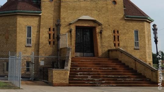 Priekinėje bažnyčios sienoje – du tradiciniai lietuviški Vyčio kryžiai (tamsesnių plytų), du Gedimino stulpai (tamsesnių plytų, kampuose), ant durų – Lietuvos herbas