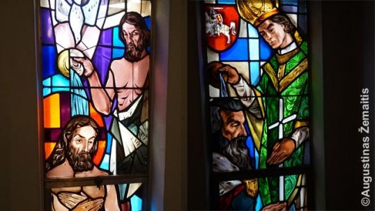 Jėzaus krikštas (kairėje) tarytum lyginamas su Mindaugo krikštu (dešinėje). Jėzaus krikštas gali būti suprantamas kaip viso pasaulio bendruomenės krikšto pradžia, o Mindaugo atitinkamai – kaip visos lietuvių krikščionių bendruomenės, ar net visos tautos krikšto pradžia
