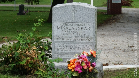 Priest Mikalauskas grave (close-up)