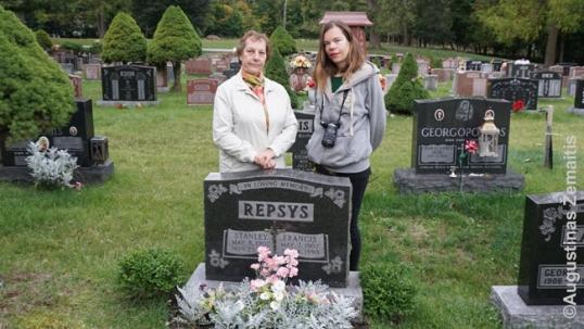 Aistė prie savo giminaičio kapo