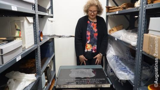Danguolė Breen iš Lietuvių archyvo-muziejaus rodo ten saugomą Monrealio lietuvių klubo kertinį akmenį