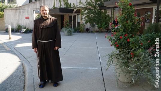 Brolis Kasparavičius pasitinka prie savo bažnyčios