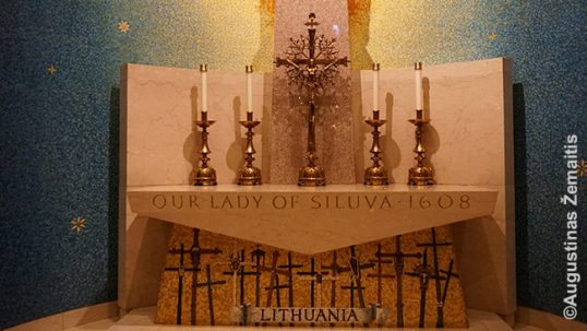 Lietuviškas kryžius-saulė ir stilizuotas Kryžių kalnas po Šiluvos Marijos skulptūra