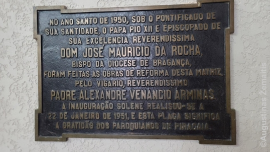 A commmorative plaque for the reconstruction of Piracaia church, mentioning priest Arminas