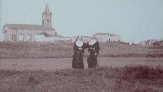 Nuotrauka mokykloje, vaizduojanti seseles prie ką tik pastatytos San Paulo lietuvių bažnyčios ir plynos vietos, kur šiandien plyti Vila Zelinos rajonas