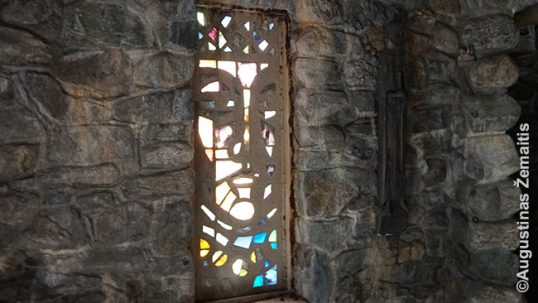 Vienas iš mistiškų Mindaugo pilies vitražų