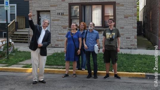 Sisero lietuviai rodo ant vieno pastatų išlikusią lentą su lietuvišku užrašu