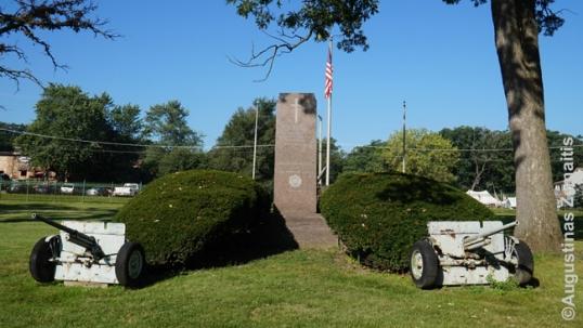 Amerikos Legiono Dariaus ir Girėno posto memorialas Čikagos Lietuvių tautinėse kapinėse