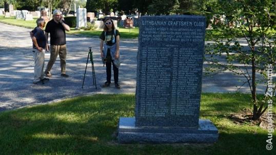 Čikagos lietuvių kapinėse prie paminklo masonams