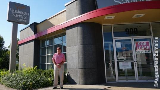 Daniel Gustas prie dabar jau uždaryto banko, kurį, kadaise lietuvišką, įsteigė jo šeima