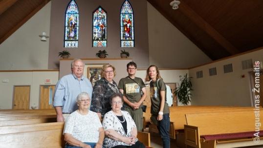 Su Vokigano lietuviais. Už nugaros - lietuviški vitražai, perkelti į šią nelietuvišką bažnyčią