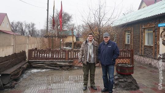Augustinas Žemaitis ir Vitalijus Tvarionas Karagandoje prie lietuvių namų-muziejaus