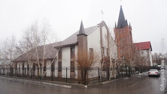 Karagandos bažnyčia, pastatyta lietuvio kunigo (tik priekinis pastatas; bokšto statyti sovietai neleido, jis pastatytas tik Kazachijai tapus nepriklausoma)