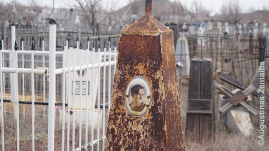 Vytauto Albino Milaševičiaus kapas iš arti. Jis buvo tarpukario Lietuvos leitenantas, kilęs iš karininkų šeimos. Tai geriausiai išlikęs kapas iš devynių ir vienintelis, paženklintas memorialu. Kai kurie kiti kapai taip pažeisti, kad nebeįskaitoma netgi kas ten palaidoti.
