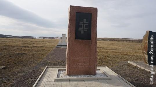 Pagrindinis memorialas lietuviams Spaske su užrašu 'Lietuviams, kentėjusiems ir žuvusiems Karlage'