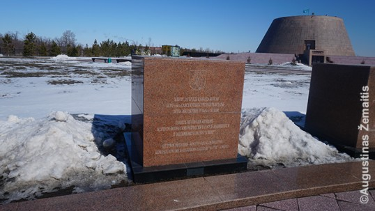 Memorialas lietuvėms, kalėjusioms ALŽIR, už jo - muziejus