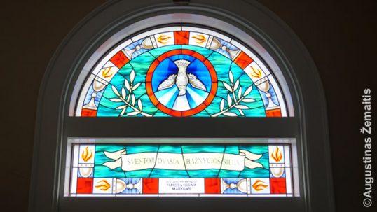 Vitražas įėjimo į Bostono Šv. Petro lietuvių bažnyčią hole