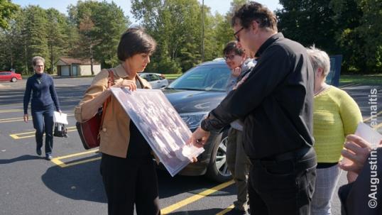 'Tikslas - Amerika' gerbėja Anne Tubinis Audette rodo Detroito lietuvių kunigui savo lietuvių protėvių nuotraukas