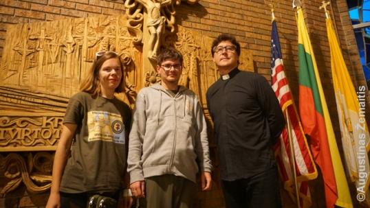 Su kunigu Gintaru Joniku dabartinėje Detroito lietuvių bažnyčioje