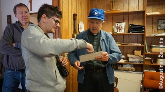 Grand Rapidso klebonijoje su klebonu Augustinas Žemaitis žiūri senas gimimų registracijas. Kairėje - Jonas Treška.