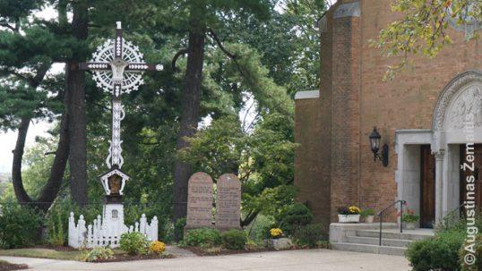 Kernio lietuviškosios bažnyčios įėjimas bei tradicinis lietuviškas kryžius