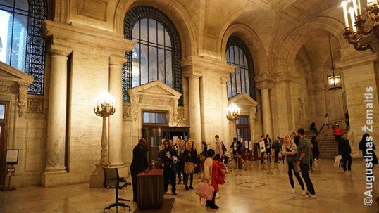 Niujorko bibliotekos didingas intejeras, kuriame - Ratkės atminimo lenta