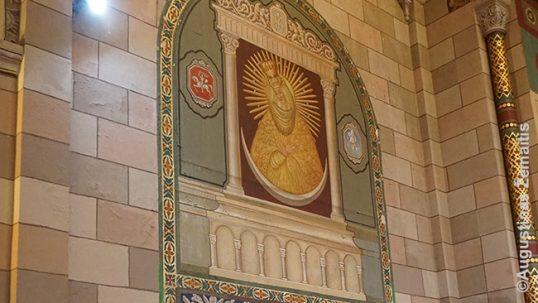 Aušros Vartų Marija su Lietuvos ir Vilniaus herbais Apreiškimo lietuvių bažnyčioje Niujorke