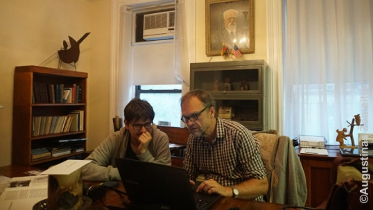 Augustinas Žemaitis su Daniumi Glinskiu SLA pastate žiūri naują SLA tinklapį