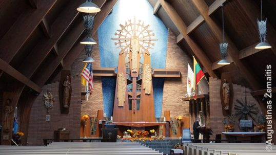 Niujorko Atsimainymo lietuvių bažnyčios altorius. Ant jo - lietuviški simboliai, tokie kaip vėliava, kryžiai-saulės ir t.t.