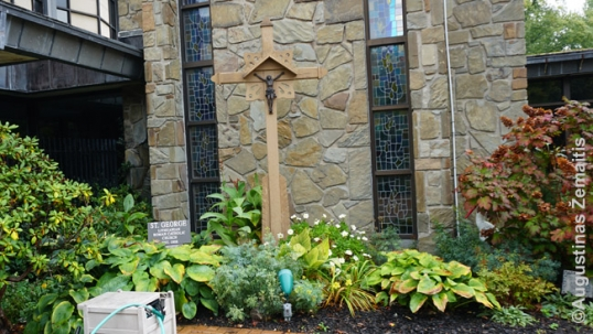 Lietuviškas kryžius Lurdo Dievo Motinos parapijoje, perkeltas iš senosios Šv. Jurgio bažnyčios