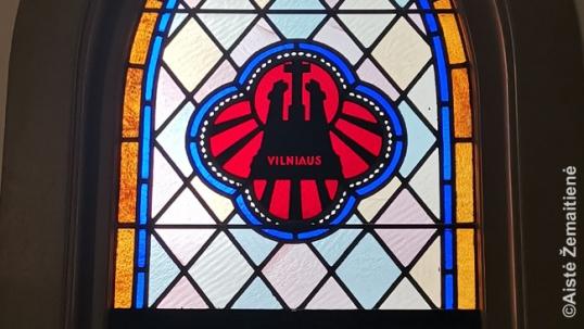 Originalus vitražas, vaizduojantis Vilniaus Trijų Kryžių paminklą