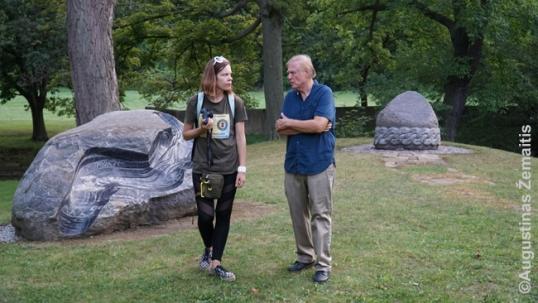 Aistė Žemaitienė su Vik Stankus latvių kultūriniame darželyje netoli lietuviškojo