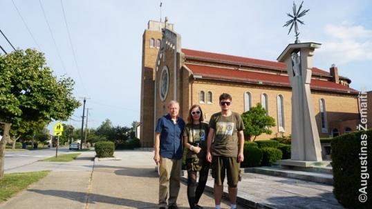 Su Vik Stankus prie Klivlando lietuvių bažnyčios