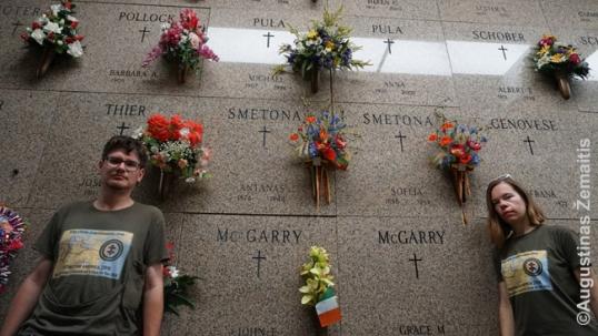 Augustinas ir Aistė Žemaičiai prie Smetonų kapo