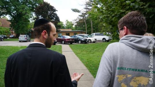 Augustinas su Telšių ješivos studentu vaikšto po ješivos teritoriją