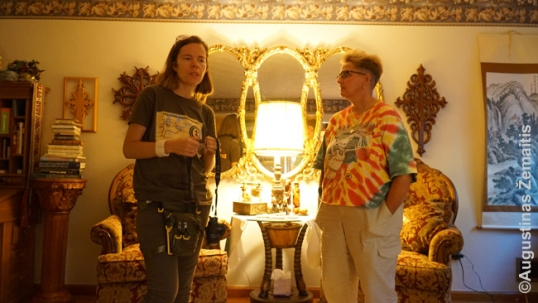 Su Mary Agnes Mikalauskas jos namie. Už nugaros - jos tėvo darbai