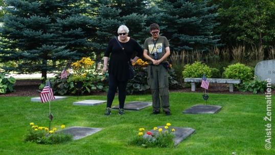 Augustinas Žemaitis su Wanda Visser Šeboigano kapinėse prie Felikso Vaitkaus kapo