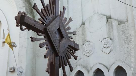 Lietuviškas kryžius priešais Rosarijo lietuvių bažnyčią ir Lietuvos herbas šalia